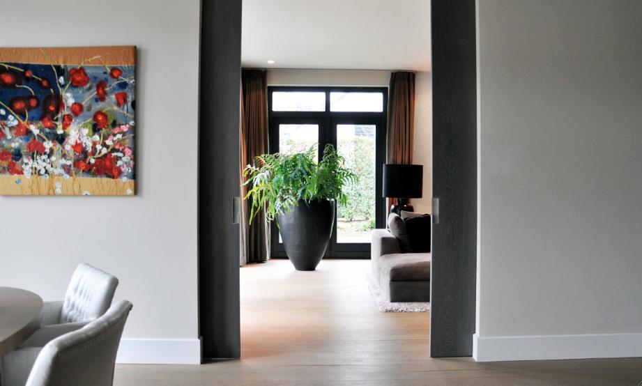woonkamer in warm grijs - raw interiors, Deco ideeën