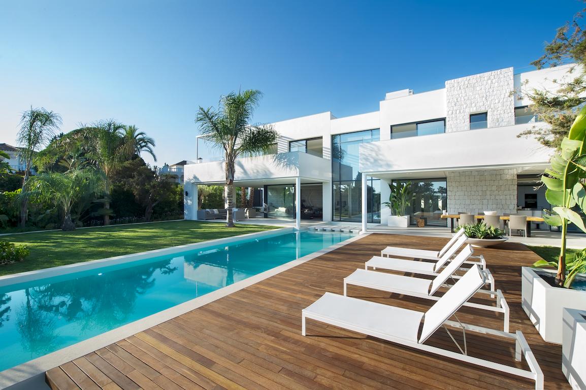 Luxe villa aan zee 1 raw interiors - Huis design met zwembad ...